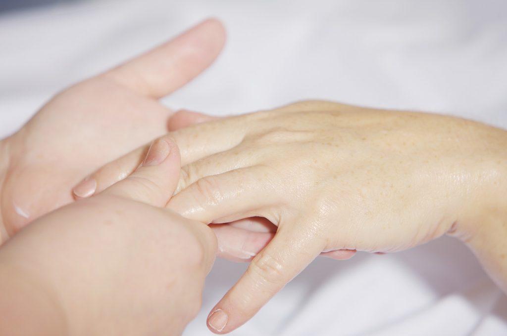 Jusqu'au bout des doigts, le drainage lymphatique manuel aide la lymphe à circuler dans notre corps.