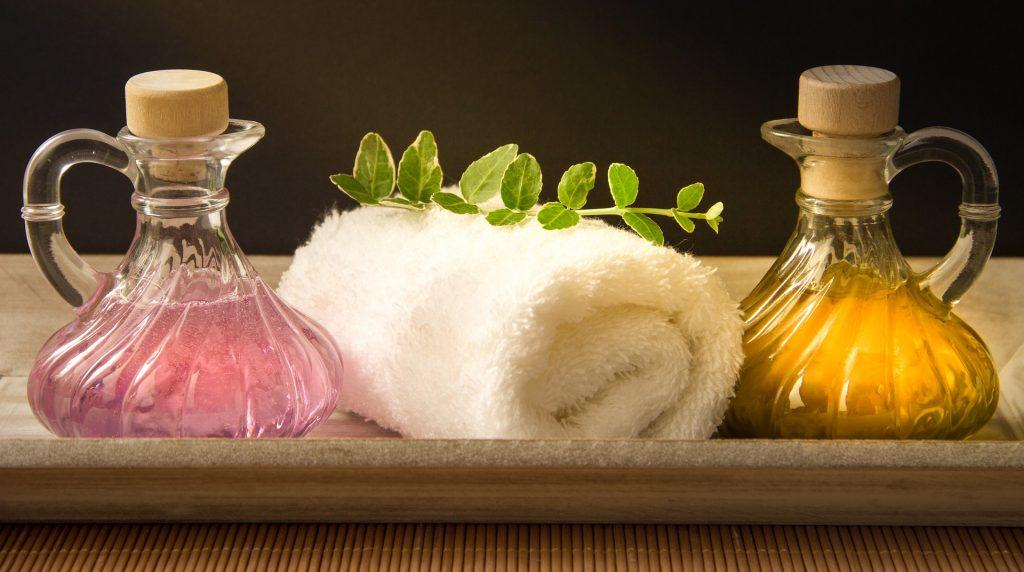 Les huiles végétales et les huiles essentielles sont souvent utilisées en massage